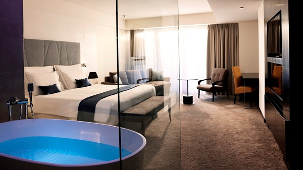 hotel-slovenija-room-bathroom-tub-bathtub-glassy-view-double-room-romantic-park-view-16