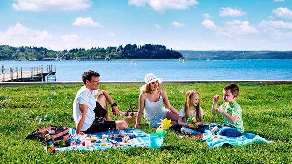 storytelling-family-fun-picnic-beach.jpg