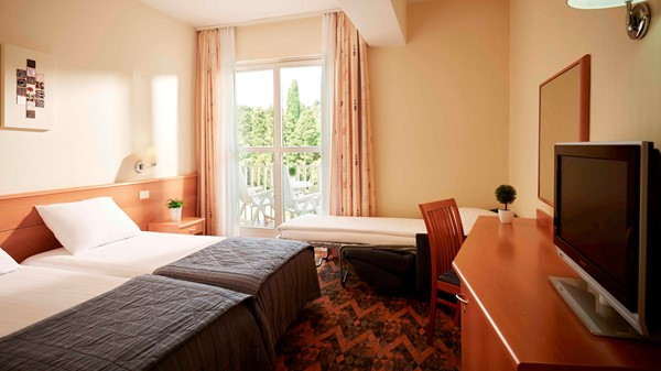 hotel-riviera-triple-room-open-sofa-park-view-open-curtains-2019-web
